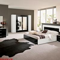 Спальня в черно белой гамме, прямые лаконичные формы, высокий глянец